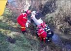 Un bărbat a murit, după ce autoturismul pe care îl conducea s-a răsturnat în albia unui pârâu
